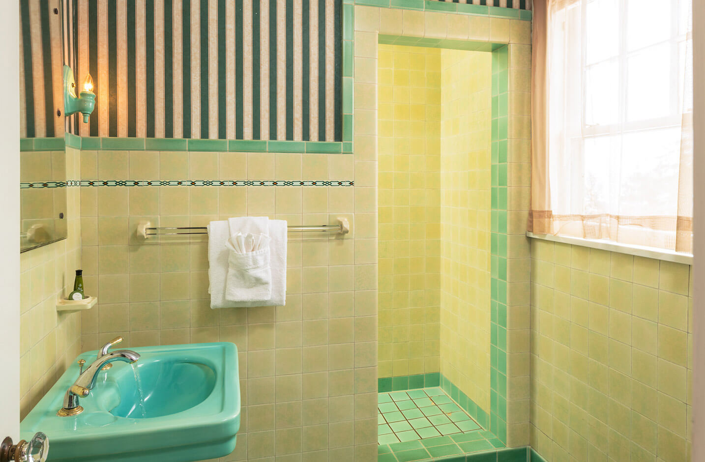 Seneca Lake Accommodations - Room 9 bathroom